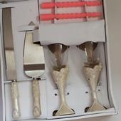 Очень красивый  набор  для торжественного  случая:  2  бокала,  нож,  лопатка  для торта,  свечи