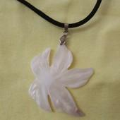 Красивое украшение на шею в виде цветка на шнурке.
