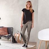 Стильные джинсы с глянцевым покрытием от tchibo (Германия) размер евро 40