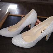 Нарядные блестящие туфли