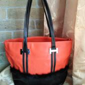 Женская очень вместительная сумка. 3 отделения на молниях. Много карманов.