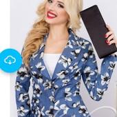 Красивый женский пиджак в цветочный принт.