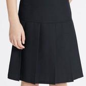 Школьная тёмно-синяя юбка M&S в новом состоянии и футболка Next с декором из лепестков в идеале.