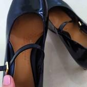 Туфли лаковые на каблуке.41р