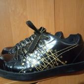 Качественные лаковые кроссовки с паетками. Стелька 25см.