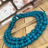 Новые голубые бусы, сделаны из дерева