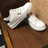 Кросівки ,на стопу 23,5 .Легкі,зручні та стильні !!!!