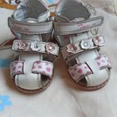 Фирменные кожаные сандалии.