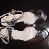 Новые блестящие босоножки на каблуке