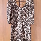 Леопардовое платье с глубоким вырезом на спине