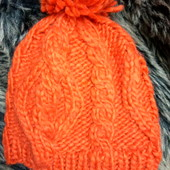 Женская яркая вязаная шапочка