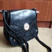 Женская сумка кроссбоди, застегивается надежно, довольно вместительная.