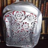 Красивый серебрянный рюкзак с перфорированными цветами, вместительный