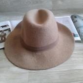 Бежевая шляпа с большими полями