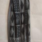 Стильный палантин с оригинальным рисунком в серо- черном цвете