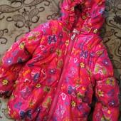 Яркая красивая деми курточка на девочку 2/3 года в отличном состоянии.
