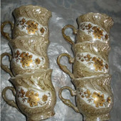 Набор красивых кофейных чашечек.