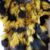 Детская вязаная жилетка пришита с кусочками натурального меха на 3-6 лет.