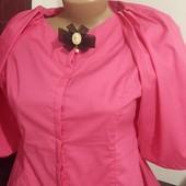 Яркая блузка с баской и брошью