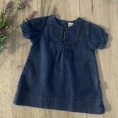Джинсовое платье для девочки 9 месяцев. В отличном состоянии.