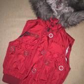 Тёплая стёганая жилетка с капюшоном вишнёвого цвета