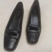 Черные туфли на низком каблуке