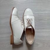 Фирменные красивые туфли на шнурках в отличном состоянии р.38(39) на ножку 24,5