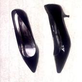 Чёрные туфли лодочки на низенькой шпильке от TU