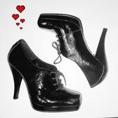 Стильные лакированные ботинки ботильоны с квадратным носком. Carvela