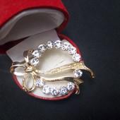 Готовим подарочки! Милейшая брошь,украшена белыми цирконами,в виде веночка, ширина5.5см, высота3.5см