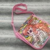 Яркая сумочка для девочки на длинной ручке