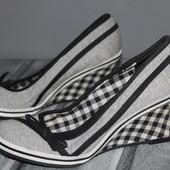 красивые туфли , босоножки на танкетке стильно смотрятся! есть нюанс