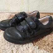 Для двора: кожаные туфли Clarks (стел.18 см)+утепленные джинсовые кроссовки F&F, р. 29 (стел. 17 см)
