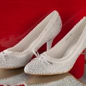 Красивые женские туфли с кружевной отделкой в белом цвете