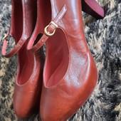 Полностью с натуральной кожи , в отличном состоянии туфли 40р