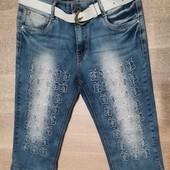 Нарядные стрейчевые джинсовые капри,шорты р. 28, поб 46 см. На бедра 96-100 см. Средняя талия