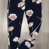 Стильные летние штаны в цветы темно синие  с лампасами