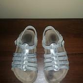 Сріблясті босоніжки для дівчинки розмір 28/29.
