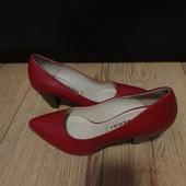 Туфлі-лодочки із натуральної шкіри зовні і всередині 37 рри.