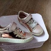 Кросівки для дівчинки.Устілки 14 см. Стан задовільний.