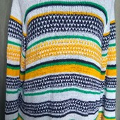 Яркий свитер из акрила