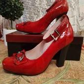 Новые кожаные туфельки на каблуке